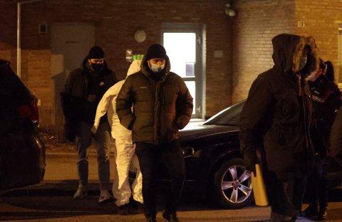 PÅGREPET: Her blir mannen ført ut i politiets cellebil etter å ha blitt pågrepet på en adresse på Torshov natt til 14. februar. Nå er han tiltalt for drapsforsøk etter en skyteepisode på Bjølsen kvelden i forveien.
