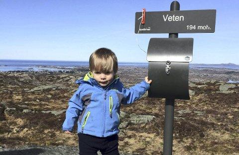 Til topps: Julian (1) tar et godt tak i Veten-skiltet.