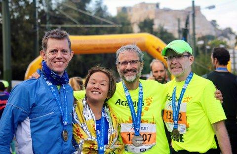 – Der var ei spesiell oppleving å springa den autentiske maratondistansen frå Marathon til Aten, seier Geir Øy frå Knarvik (t.v.). Her saman med blinde Eline Øidvin og dei to amerikanske journalistane i teamet.