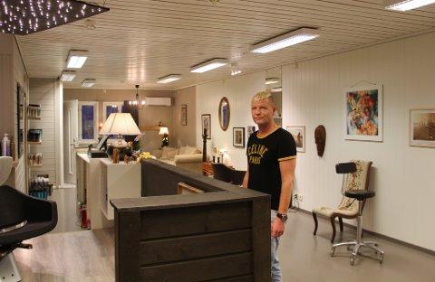 15 år har gått sidan forrige gang Ståle Sleire Johansen jobba i Knarvik – no har han opna sin eigen salong.