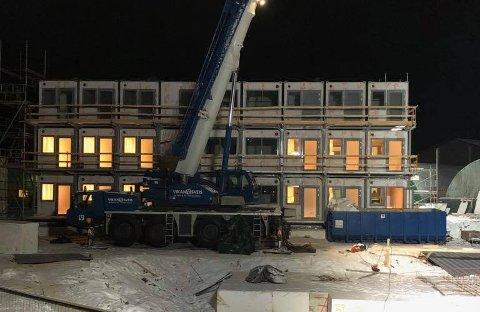 Nå er alle de tre etasjene stablet på plass i Marmorveien på Fauske. De første leieboerne får flytte inn allerede i februar. Foto: Privat