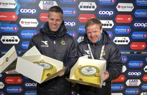Gamleklubben Varegg sendte en kake Bodø/Glimts gulltrenere Kjetil Knutsen (t.v.) og Morten Kalvenes. De to møttes for første gang i sentrumsklubben.