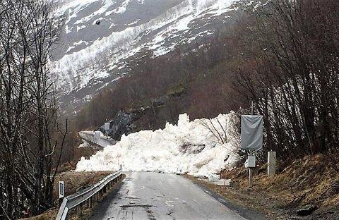 Sperrer: Snøskredet gikk i halv tre-tiden natt til torsdag og sperrer veien.