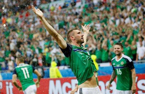 Nord-Irlands Gareth McAuley feirer lagets første mål i et EM noen gang.