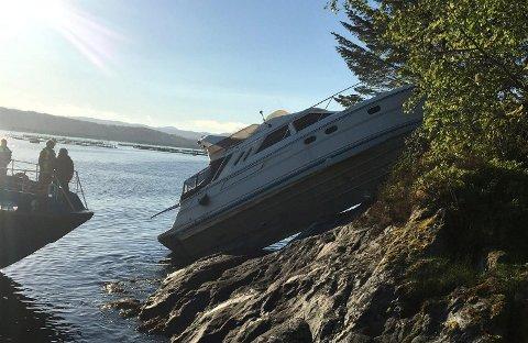 En båt kjørte på land på Stord tidlig søndag morgen.