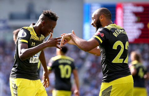 Southampton-spilleren Moussa Djenepo (t.v.) scoret mot Brighton etter å ha kommet inn som innbytter. Her feirer han scoringen sin sammen med lagkamerat Nathan Redmond. (Steven Paston/PA via AP)