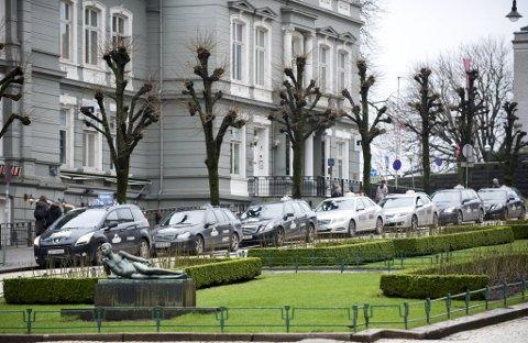 Fra 1. juli åpner myndighetene opp for at flere selskaper skal få kjøre taxikunder. Men koronasituasjonen har gjort det vanskelig for drosjenæringen, og de vil derfor sette hele taxi-reformen på vent.