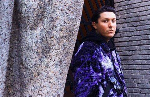 """Artist: Helge Skjæveland fra Viste Hageby lever ut drømmen sin under sitt alter ego """"Visa Magella"""". Nå er han aktuell med ny musikk på Spotify."""
