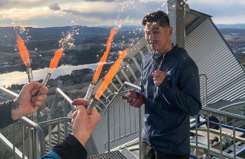 20 RUNDER: Joakim Lee Sletten ble feiret av familien på toppen av Vikersundbakken, da han nådde 20 runder i hoppsenteret lørdag.