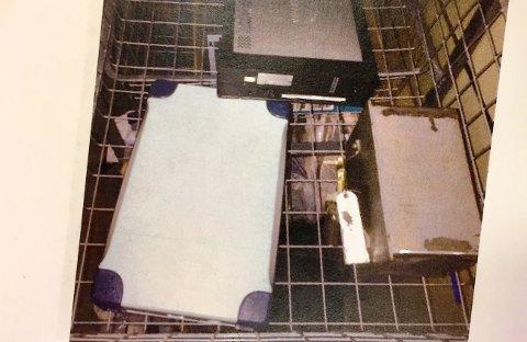 Politiet beslagla mye datautstyr hjemme hos tiltalte, blant annet disse harddiskene hvor det var overgrepsmateriale av barn.