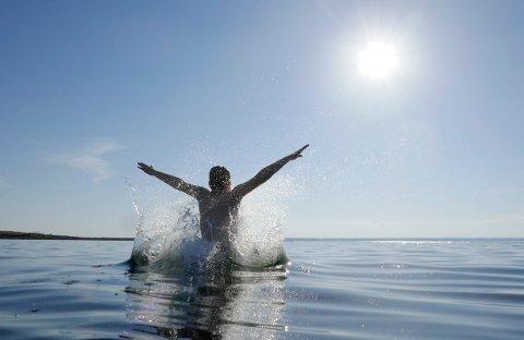 Larkollen  20180526. Mange lar seg friste til forfriskende bad i sjøen i det varme sommerværet. Foto: Erik Johansen / NTB scanpix