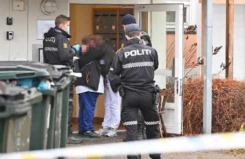 Hjemmesykepleiere klemmer hverandre utenfor stedet kvinnen ble funnet død.