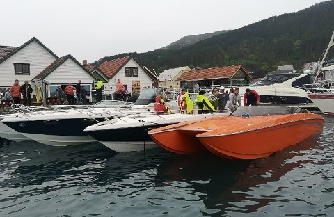Kalvåg og Knutholmen er eitt av stoppa i det sosiale båtløpet.