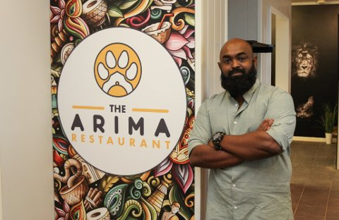 INDISK MAT, LOKAL PROFIL: Prasath Sivalingam er dagleg leiar for den nye restauranten på Evja - The Arima. Dei vil tilby indiske klassikarar, pluss italiensk pizza og kebab. Førebels blir det berre take-away, men i slutten av november opnar sjølve restauranten.
