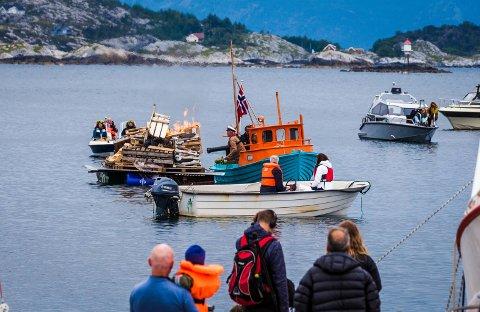 BRANN: På Jonsok i Kalvåg var det fleire bål. Avbilda er også båten der uhellet skjedde, med kanonen.