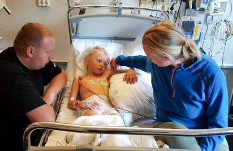 BITT: Regine Åsnes Yndestad (6) vart biten av ein hoggorm på fjelltur i Askvoll i helga. Her sit pappa Christer Yndestad og mamma Eline Åsnes med dottera på Førde sentralsjukehus laurdag.
