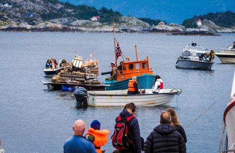 JONSOK: Som ein del av TV-innspelinga var Aune Sand og Alex Rosen ute på vågen i Kalvåg der dei avfyrte ein liten kanon. Det gjekk ikkje heilt som planlagt. Midt på bildet skimtar du Rosén om bord i båten med kanonen.
