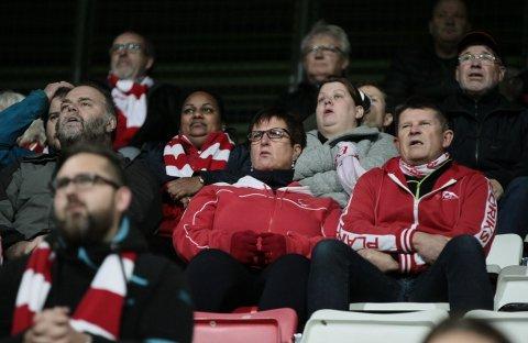 SPENNENDE AVSLUTNING: Det er aldri kjedelig å være FFK-supporter. Nok en gang går publikum en neglebitende avslutning i mpøte. Foto: Harry Johansson