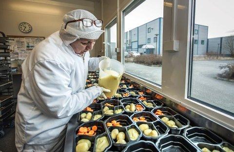 Skal bidra til reduserte klimagassutslipp: Fredrikstad kommune skal bruke mer økologisk og lokalprodusert mat. Bildet er tatt ved sentralkjøkkenet i Tomteveien, hvor Grethe Opstad lager middagsporsjoner. (Arkivfoto: Geir A. Carlsson)