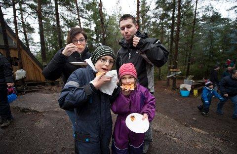 FAMILIEN ASCIC: Mamma Alma, pappa Edin og barna Emil og Oma koste seg med pizza i skogen.