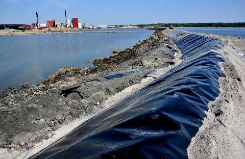 Skal ta imot forurenset mudder: Allerede i 2012 anla Frevar to bassenger med  membran, subbus og gummi/plastikkduk. Slik har de ligget ubrukt i fem år. (Arkivfoto: Trond Thorvaldsen)