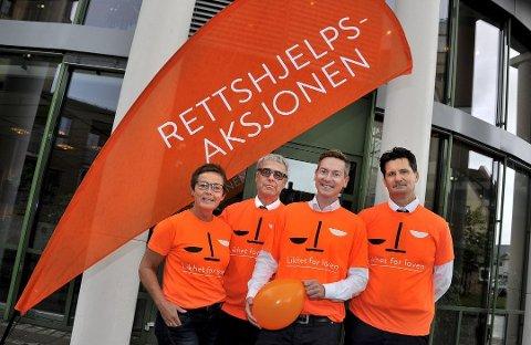 Aksjonerte for rettshjelpsordningen: Torgeir Røinås Pedersen (til høyre) og Sarpsborg-advokatene  Elna K. Holbye, Thormod Bjerkholt og Eirik Ekeland Hermansen  markerte den landsomfattende Rettshjelpsaksjonen utenfor Sarpsborg tingrett for tre år siden.