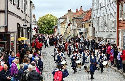 Norges Musikkorps Forbund har hentet inn Kong Frederik IVs Tambourafdeling til  å lede sin parademarsj.