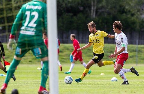 MØTTE GAMLEKLUBBEN: Det ble et spesielt møte med FFK for Simen Rafn. Her i duell med Eirik Mæland.