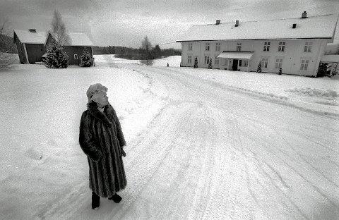 GJENSYN: Vesla Platou foran slektsgården i Solør i Hedmark – Bjørneby gård. Hun er barnebarnet til Halvor Bjørneby som var eier av Bjørnebys Brug på Kråkerøy. (Foto: Jan Erik Skau)