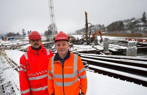 Byggeleder i Statens vegvesen Christian Lima (t.v) og Jack Valleraune i Park & Anlegg med boreriggen i bakgrunnen