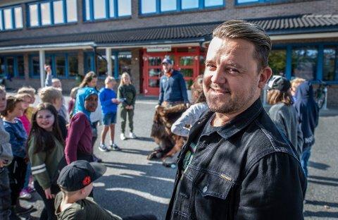 Stortrives: Odd Espen Høili har rykket opp til rektorjobben på Rekustad skole etter to år som inspektør der.