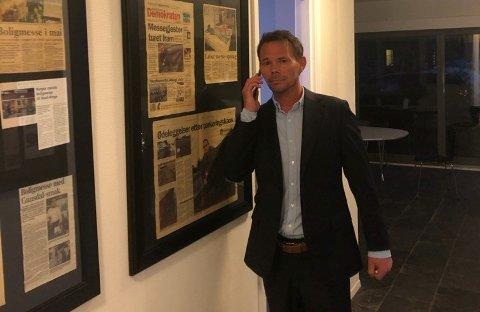 TRAVEL: Administrerende direktør Stewart Stjernholm i Comapss Fairs AS har en travel kveld på kontoret etter at helsemyndighetene gikk ut med en anbefaling om at alle arrangementer med over 500 personer bør avlyses eller utsettes.
