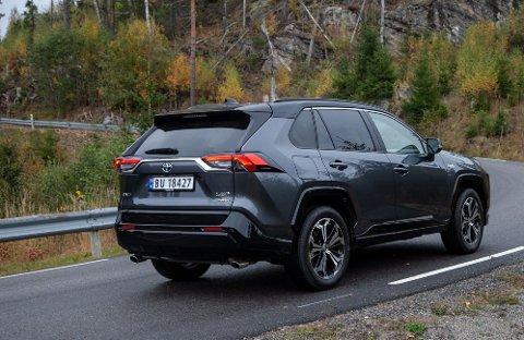 Toyota RAV4 PEHV er en av Norges aller mest populære biler, og som ladbar hybrid blir den statsbudsjettets taper. Foto: Magnus Blaker (Nettavisen).