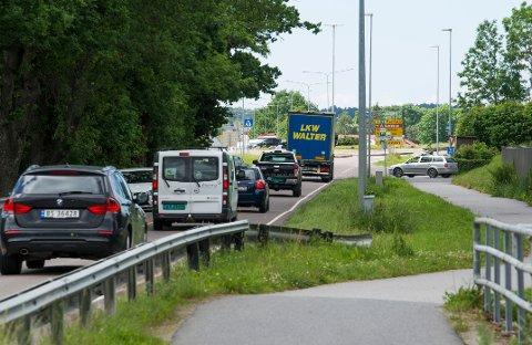 Gresset må vike når Viken fylkeskommune skal bygge et 200 meter langt kollektivfelt på Haldenveien frem til Rakkestadsvingen.