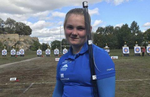 PÅ PALLEN: Amalie Storelv fra Tinden Bueskytterklubb tok bronse i klasse recurve rekrutt.
