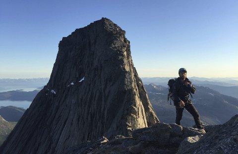 Til topps: Til sammen fem ganger har Eirik Djupvik besteget toppen av Stetinden i løpet av de rundt ni årene han har bodd i Narvik. Han mener dette er et mektig fjell som passer veldig bra som kommunevåpen for den nye Narvik kommune. Foto: Privat