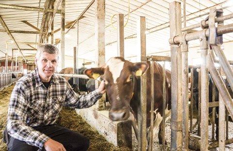 SØLVTINEN: Ivar Andreassen er sammen med sønnen Ole (26) tildekt Sølvtinen som et bevis på at kuene har levert feilfri, trygg og frisk melk av ypperste kvalitet hver eneste dag i 15 år. alle fOTO: JAN BROMS
