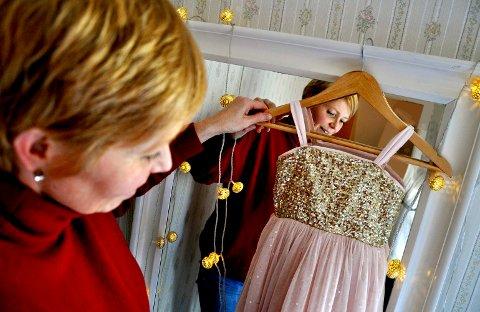 ROSA: Merete Anker henter fram den første kjolen hun kjøpte til sønnen. Det var stas.