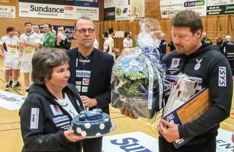 SAGT OPP: Ronny Buus Pedersens (i midten), her sammen med Hilde Sollum og Johnny Jensen på sistnevntes bursdag, må slutte i Falk.