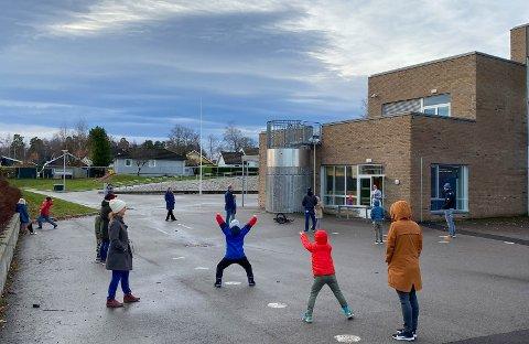 HOLDT AVSTAND: Første pulje tredjeklassinger ved Åsgården skole var klare til å ta koronatesten torsdag morgen klokka 9.30. Alle var nøye på å holde god avstand.