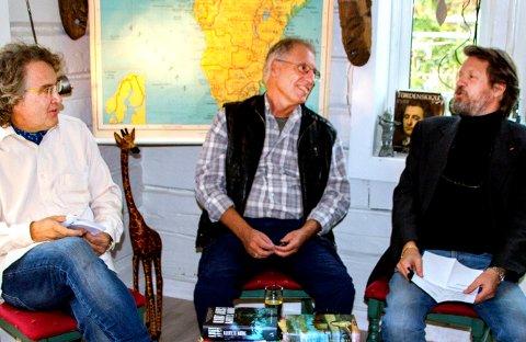 TRIO: Fredag kveld hadde Kurt Aust boklansering hjemme i stua i Ø. Keisemark. Her sammen med forfatterkollegaene Jørgen Brekke (t.v.) og Tom Egeland.