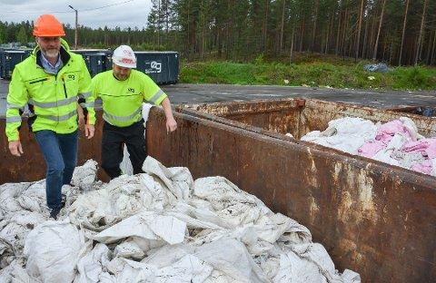PLAST: Jon Inge Kjørum (til venstre) og Vegard Sørlie i kontaineren med innlevert landbruksplast på Østlandet Gjenvinnings anlegg i Elverum. Foto: Cathrine Loraas Møystad