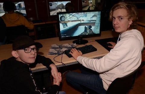 INSPIRERER: Sondre Mathiesen, til høyre, gir gode tips til Jørgen Nordby. Sondre spiller i mange timer hver dag.