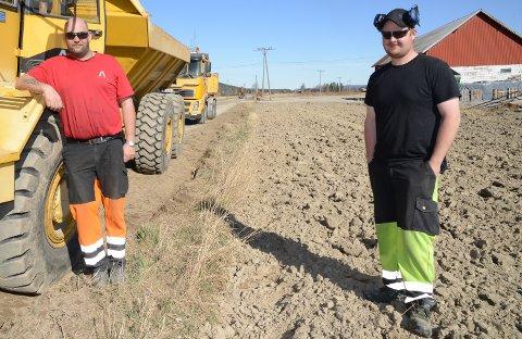 I GANG: Tor Håkon engebretsen og Thomas Risbergseter hos Sandbæk maskin AS er i gang med utbedringer på kommunal veg over Østmofeltet i Mosogn.