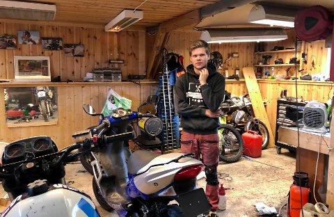 STARTET VERKSTED: Som 16-åring startet Eirik Fjeldbu (17) sitt eget verksted for scootere og mopeder i familiens garasje.