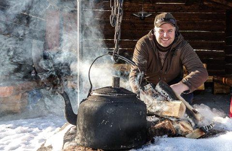 BÅLET VIKTIG: – Bålet har samlet jegerne i mange tusen år, sier leder i NJFF, Knut Arne Gjems. Han feiret foreningens 150-årsdag ved bålet i Gjesåsen.