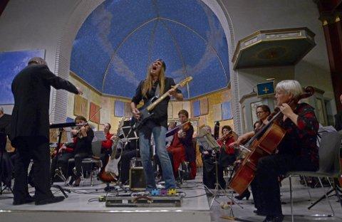SJANGEROVERSKRIDENDE: Bildet er fra en spektakulær konsert i Lillehammer kirke sammen med den kjente gitaristen Ronni le Tekrø.