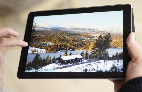 BILDER: Matthias Heck fyller iPaden med bilder av hytta og Espedalen.