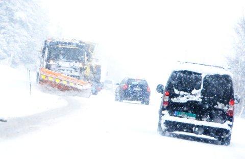 NULL SIKT: Snøstormen som raser er det verste uværet for brøytemannskapene hittil i vinter. Foto: Vidar Heitkøtter