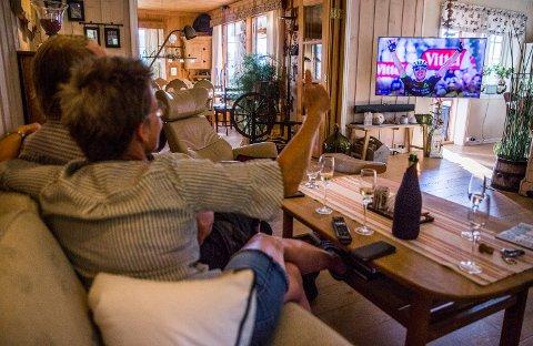 Signe Boasson og Odd Erik Hagen hjemme i sofaen etter Edvald Boasson Hagens Tour de France-triumf. Champagneflasken på bordet kunne endelig sprettes etter fredagens 19. etappe, seks år etter at sønnen tok sine to første etappeseiere i Tour de France.